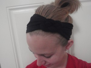 Using tights as a headband gives a headband with a lot of stretch.